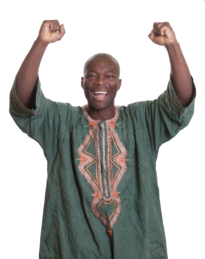 Το ενθαρρυντικό αφρικανικό άτομο με τα παραδοσιακά ενδύματα και τα όπλα στοκ φωτογραφία με δικαίωμα ελεύθερης χρήσης
