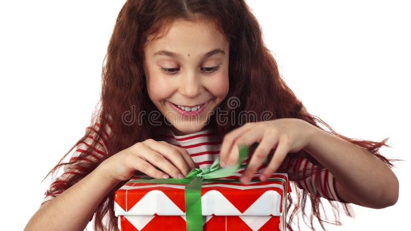 Το ενθουσιώδες κορίτσι θαυμάζει το δώρο της στοκ φωτογραφία με δικαίωμα ελεύθερης χρήσης