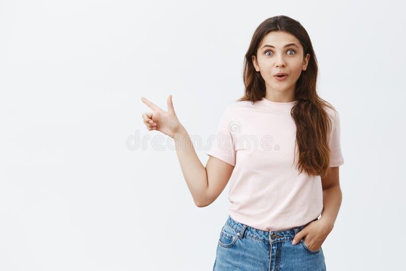 Το εντυπωσιασμένο εκφραστικό ευρωπαϊκό θηλυκό brunette με μακρυμάλλη στην καθιερώνουσα τη μόδα εκμετάλλευση εξαρτήσεων παραδίδει  στοκ εικόνα με δικαίωμα ελεύθερης χρήσης