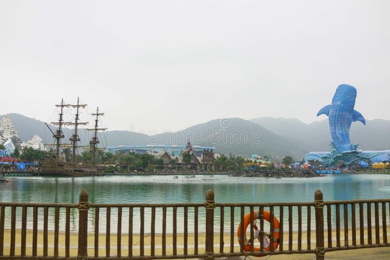 Το ενυδρείο καρχαριών φαλαινών και το σκάφος πειρατών στο ωκεάνιο βασίλειο Chimelong που βλέπει από την αποβάθρα στοκ φωτογραφίες με δικαίωμα ελεύθερης χρήσης