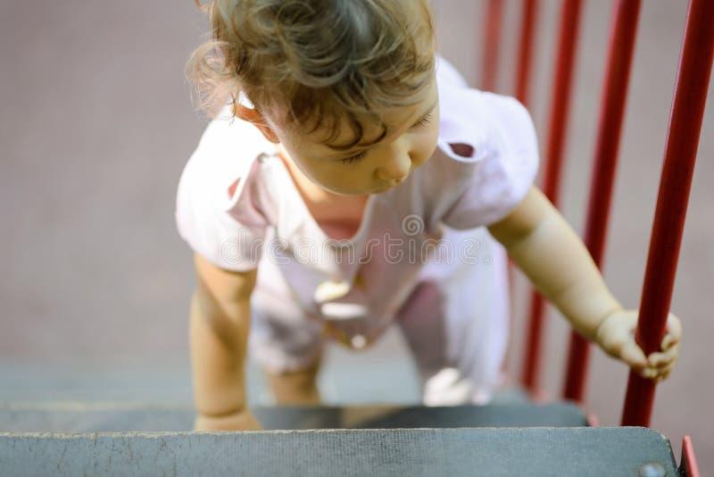 Το ενός έτους παιδί αναρριχείται επάνω στα σκαλοπάτια στοκ εικόνα με δικαίωμα ελεύθερης χρήσης
