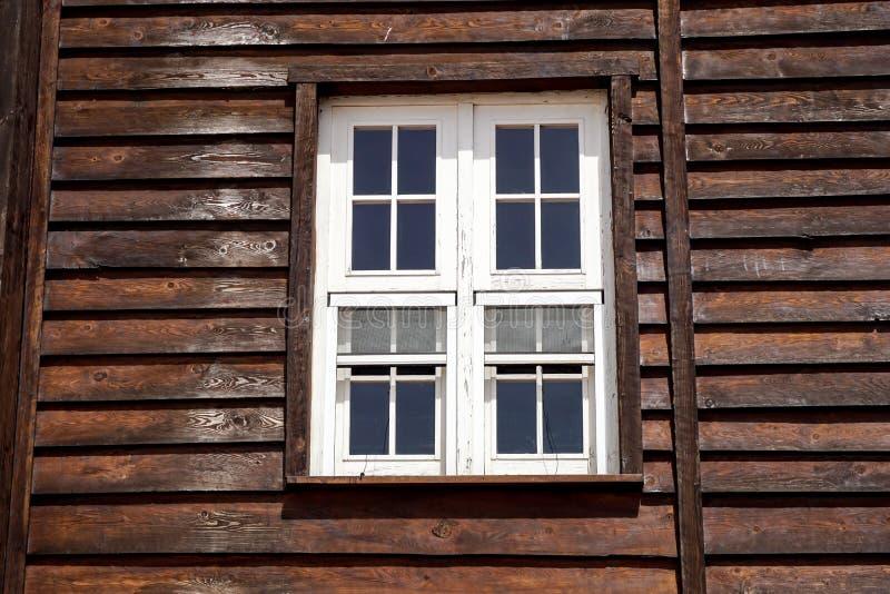 Το εξωτερικοί παράθυρο και ο τοίχος ενός εκλεκτής ποιότητας ξύλινου σπιτιού στην αμερικανική δύση στοκ φωτογραφίες