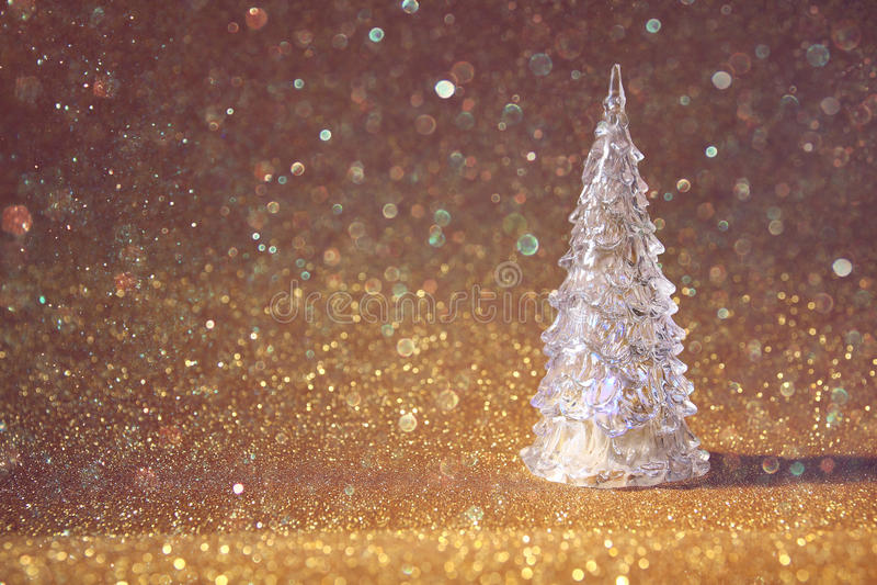 το εορταστικό δέντρο Χριστουγέννων ακτινοβολεί επάνω υπόβαθρο ακτινοβολήστε επικάλυψη στοκ εικόνες