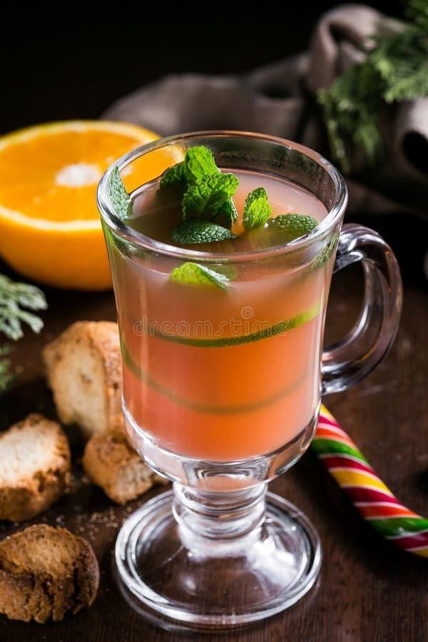 Το εορταστικό ποτό των βακκίνιων στο υπόβαθρο Χριστουγέννων με το έλατο διακλαδίζεται και φρέσκα μούρα, εκλεκτική εστίαση Έννοια  στοκ εικόνες