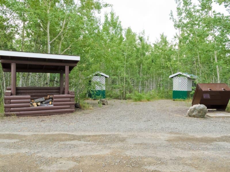 Το επίγειο καυσόξυλο στρατόπεδων έριξε outhouse δοχείων απορριμάτων στοκ φωτογραφία με δικαίωμα ελεύθερης χρήσης