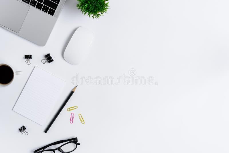 Το επίπεδο γραφείων γραφείων βάζει την άποψη με το lap-top, το ποντίκι, το δέντρο, το ρόδινο και κίτρινο συνδετήρα εγγράφου, φλυτ στοκ εικόνες