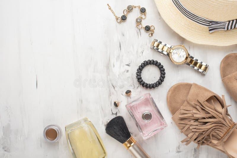 Το επίπεδο εξαρτημάτων και καλλυντικών μόδας των γυναικών βρέθηκε Γυαλιά, παπούτσια, παλέτα, κραγιόν, ρολόγια, σκόνη σε ένα άσπρο στοκ φωτογραφία με δικαίωμα ελεύθερης χρήσης
