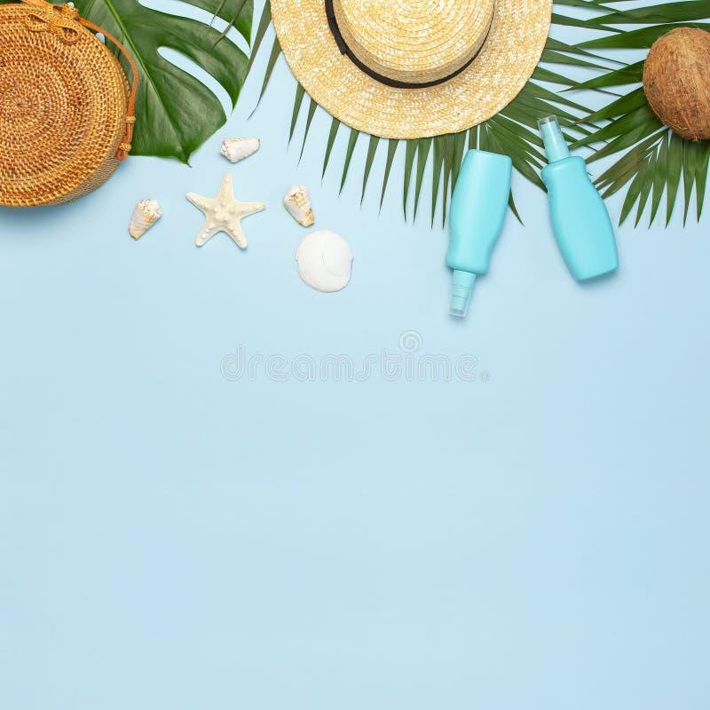 Το επίπεδο θερινής σύνθεσης βρέθηκε Στρογγυλά καθιερώνοντα τη μόδα sunscreen καρύδων φύλλων φοινικών καπέλων αχύρου τσαντών ινδικ στοκ φωτογραφία με δικαίωμα ελεύθερης χρήσης