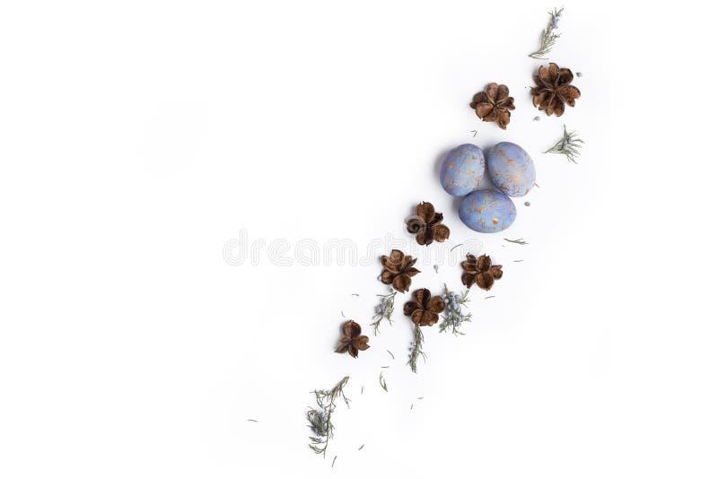 Το επίπεδο Πάσχας βάζει τη σύνθεση με τα αυγά στοκ φωτογραφία με δικαίωμα ελεύθερης χρήσης