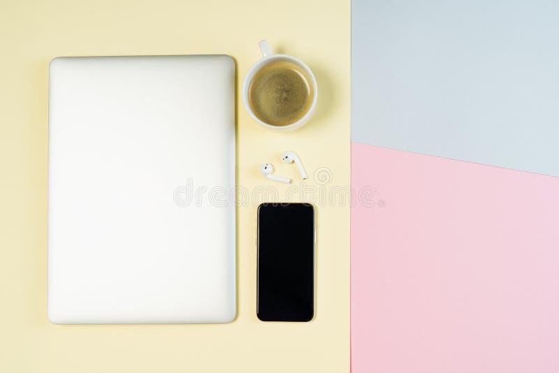 Το επίπεδο υποβάθρου κρητιδογραφιών χώρου εργασίας καφέ lap-top βρέθηκε στοκ φωτογραφία με δικαίωμα ελεύθερης χρήσης