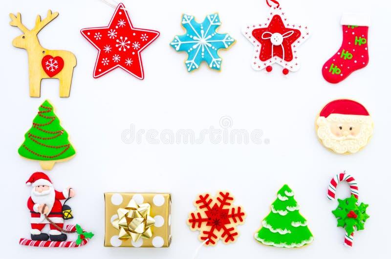 Το επίπεδο Χριστουγέννων βάζει το ορισμένο πλαίσιο - τοπ άποψη με το κιβώτιο και τις διακοσμήσεις δώρων Χριστουγέννων Κόκκινο αστ στοκ φωτογραφία με δικαίωμα ελεύθερης χρήσης