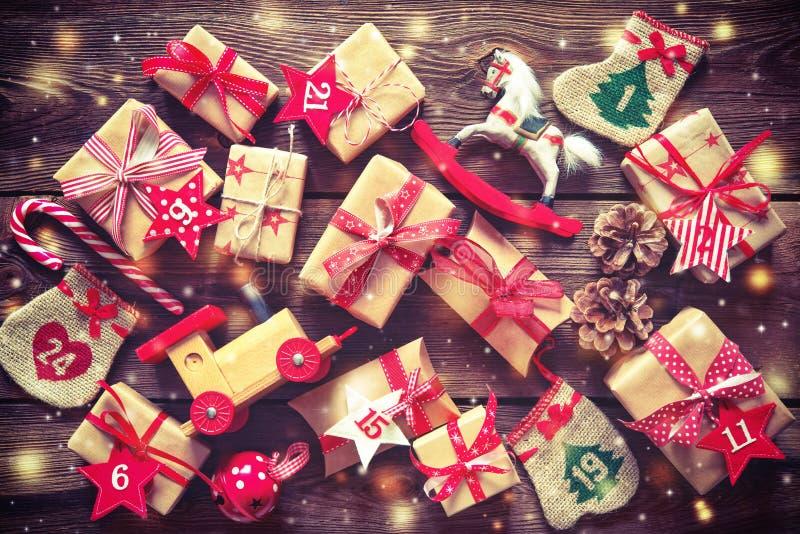 Το επίπεδο χριστουγεννιάτικων δώρων βάζει στο ξύλινο υπόβαθρο στοκ εικόνα