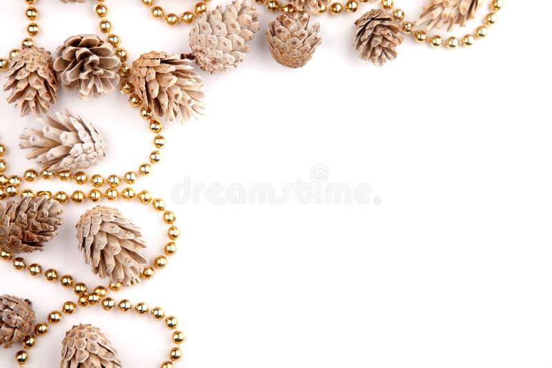 Το επίπεδο Χριστουγέννων βάζει τον υπολογιστή γραφείου προτύπων, τους κώνους πεύκων & τις χρυσές χάντρες σε ένα άσπρο υπόβαθρο στοκ φωτογραφία με δικαίωμα ελεύθερης χρήσης