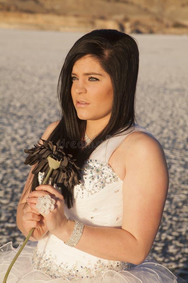 Το επίσημο λουλούδι πάγου φορεμάτων γυναικών φαίνεται πλευρά στοκ φωτογραφία