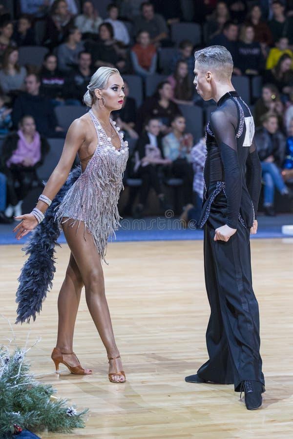Το επαγγελματικό ζεύγος χορού εκτελεί το λατινοαμερικάνικο πρόγραμμα νεολαίας για το διεθνές πρωτάθλημα WDSF στοκ εικόνες
