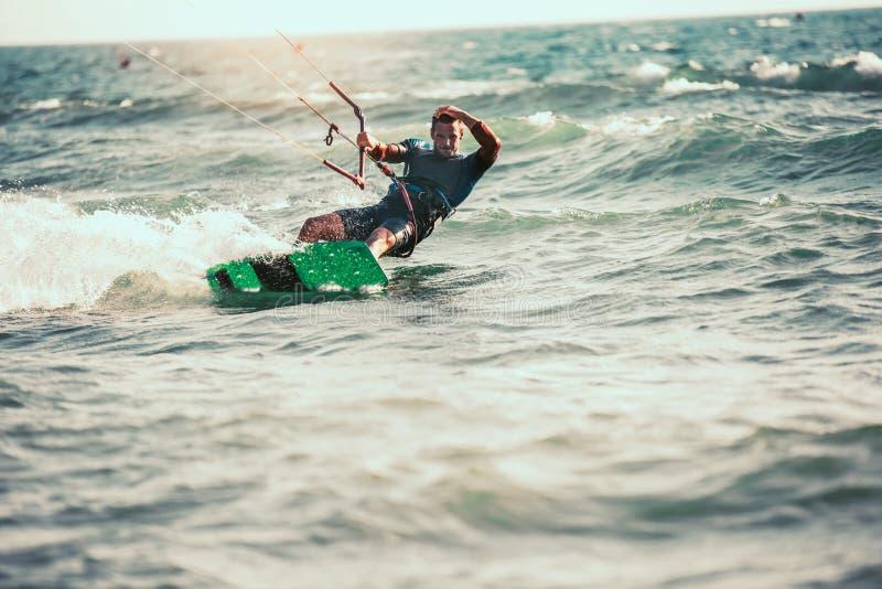Το επαγγελματικό kiter κάνει το δύσκολο τέχνασμα σε ένα όμορφο υπόβαθρο στοκ φωτογραφίες