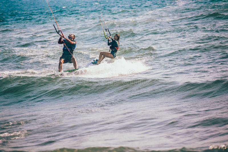 Το επαγγελματικό kiter κάνει το δύσκολο τέχνασμα σε ένα όμορφο υπόβαθρο στοκ εικόνες