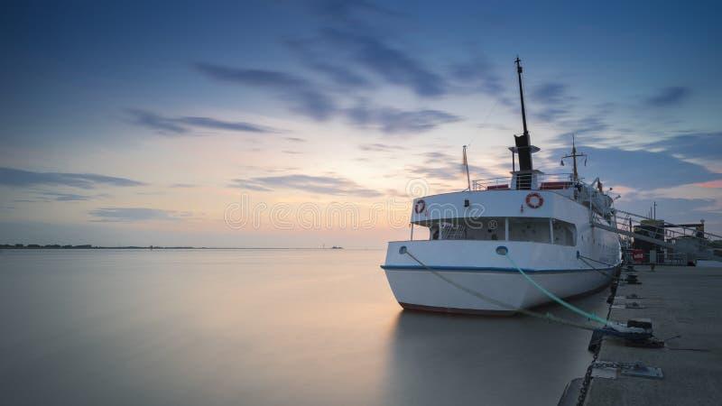 Το επιβατηγό πλοίο στην πρόσδεση σε Bremerhaven στον ποταμό Weser στοκ φωτογραφία