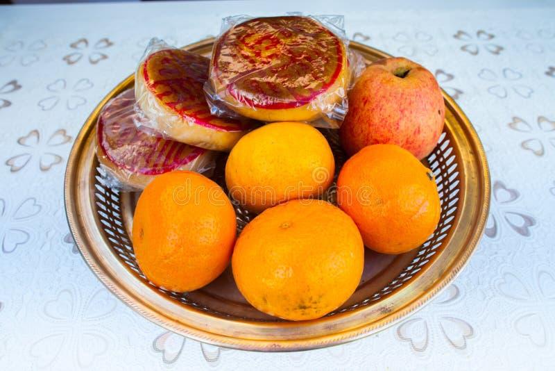 Το επιδόρπιο και το πορτοκάλι ραχών τακτοποιούν στο πιάτο στοκ εικόνα