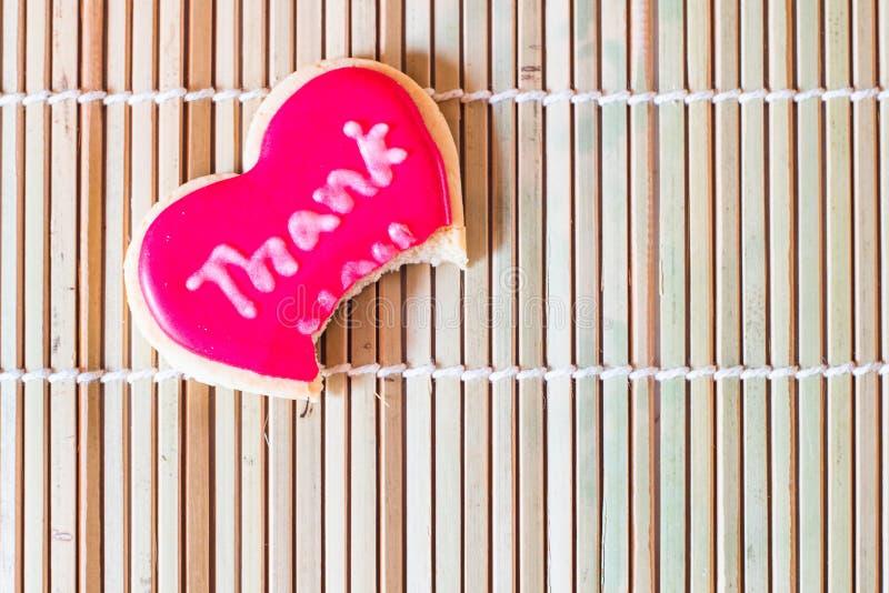 Το επιδόρπιο μπισκότων σας ευχαριστεί κόκκινη μορφή καρδιών στοκ φωτογραφίες