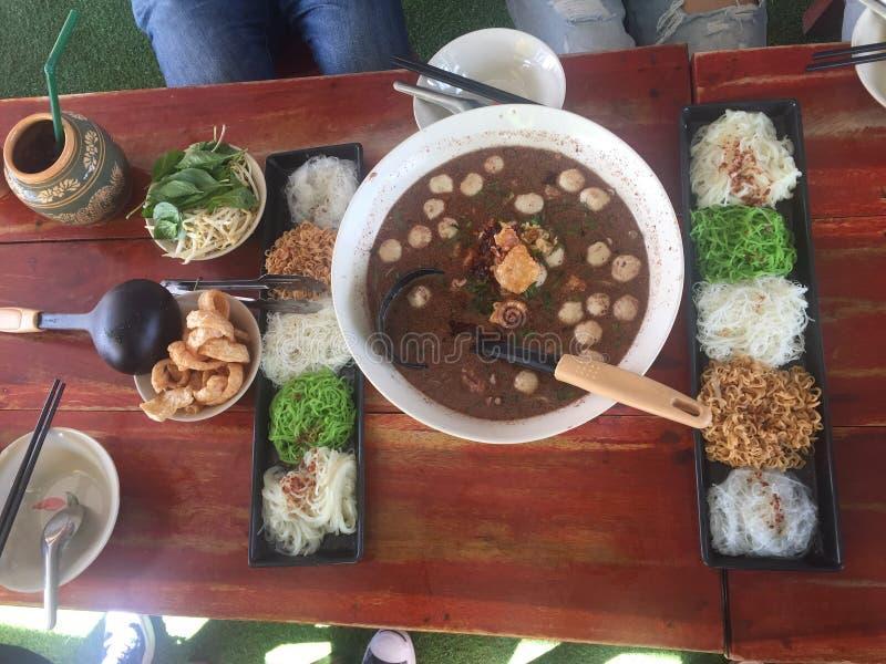 Το επιτραπέζιο μεσημεριανό γεύμα νουντλς απολαμβάνει στοκ φωτογραφίες