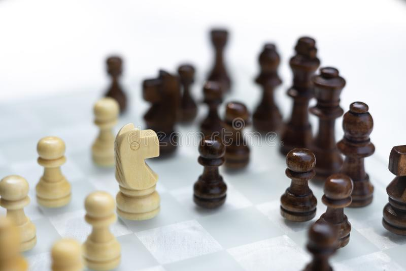 Το επιτραπέζιο παιχνίδι σκακιού, επιχειρησιακή ανταγωνιστική έννοια, αντιμετωπίζει τη δύσκολες κατάσταση, την απώλεια και τη νίκη στοκ φωτογραφία με δικαίωμα ελεύθερης χρήσης