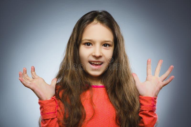 Το επιτυχές ευτυχές κορίτσι πορτρέτου κινηματογραφήσεων σε πρώτο πλάνο απομόνωσε το γκρίζο υπόβαθρο στοκ φωτογραφίες με δικαίωμα ελεύθερης χρήσης