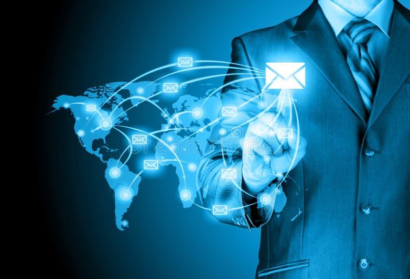 Το επιχειρησιακό άτομο διανέμει το ψηφιακό ταχυδρομείο στοκ φωτογραφία με δικαίωμα ελεύθερης χρήσης
