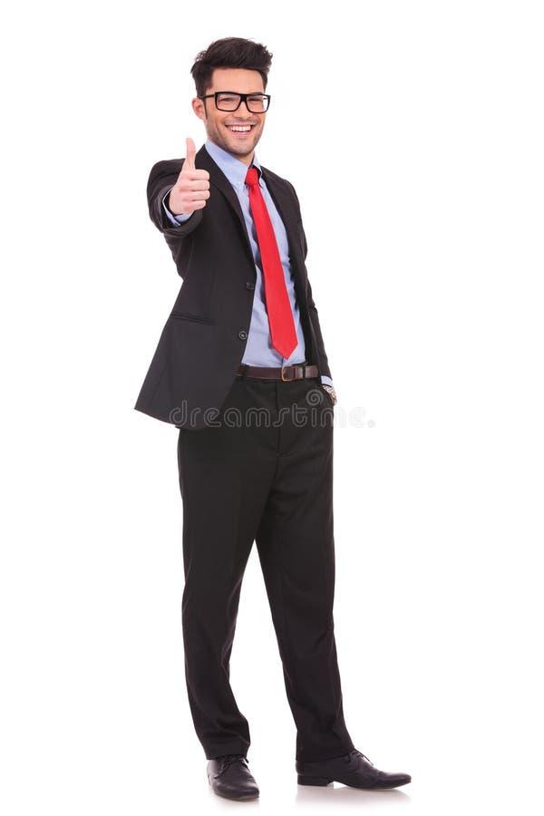 Το επιχειρησιακό άτομο παρουσιάζει αντίχειρες στοκ εικόνα με δικαίωμα ελεύθερης χρήσης