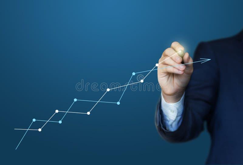 Το επιχειρησιακό άτομο σύρει ένα διάγραμμα κέρδους ελεύθερη απεικόνιση δικαιώματος