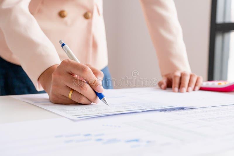 Το επιχειρησιακό άτομο υπολογίζει για το κόστος και να κάνει τη χρηματοδότηση στο γραφείο στοκ φωτογραφία