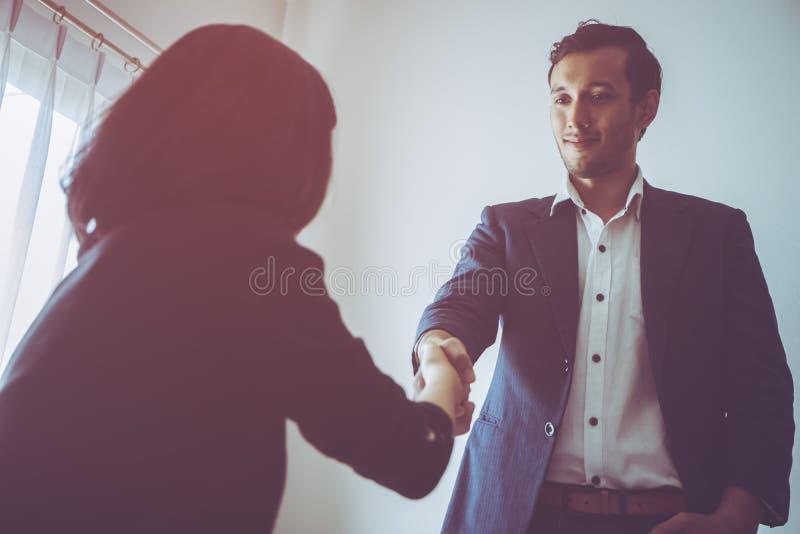 Το επιχειρησιακό άτομο χαμογελά πρόθυμα το χέρι τινάγματος με το συνεργάτη στοκ εικόνα με δικαίωμα ελεύθερης χρήσης