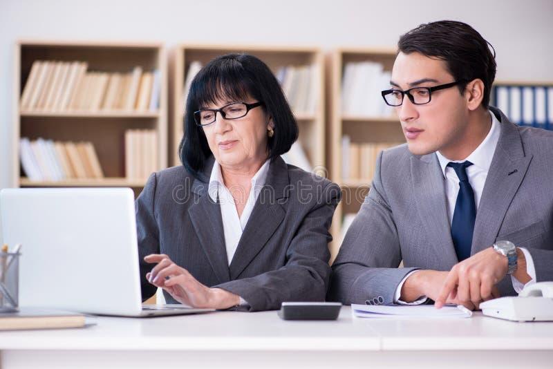 Το επιχειρησιακό ζεύγος που διοργανώνει τη συζήτηση στο γραφείο στοκ εικόνες