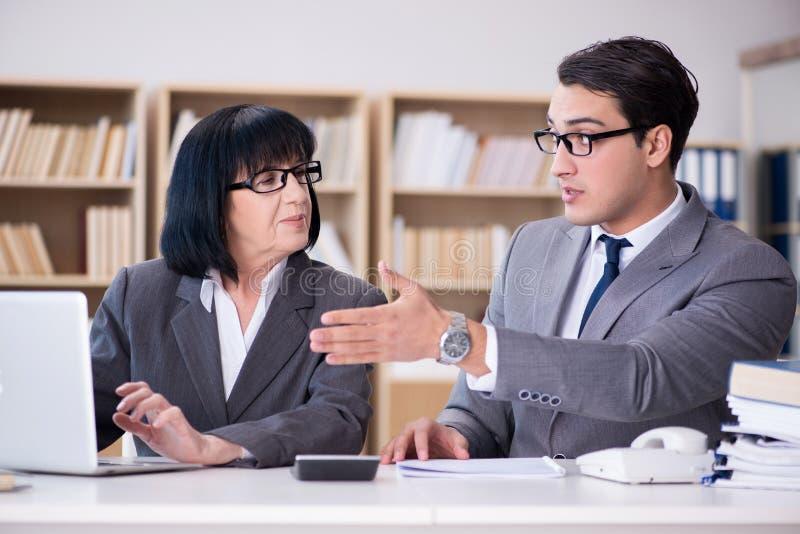 Το επιχειρησιακό ζεύγος που διοργανώνει τη συζήτηση στο γραφείο στοκ φωτογραφία με δικαίωμα ελεύθερης χρήσης