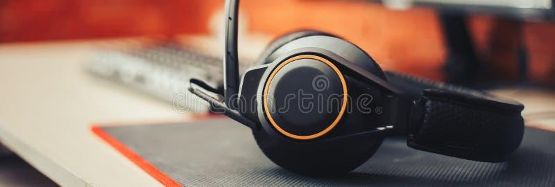 το εργαλείο ακουστικών και το πληκτρολόγιο οργάνων ελέγχου θόλωσαν το επιλεγμένο μακρύ έμβλημα εστίασης στοκ εικόνες