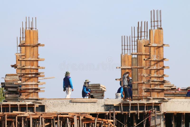 Το εργοτάξιο οικοδομής και η περιοχή εργατών οικοδομών, άνθρωποι λειτουργούν στην κατασκευή, η ομάδα ανθρώπων είναι επαγγελματική στοκ φωτογραφία