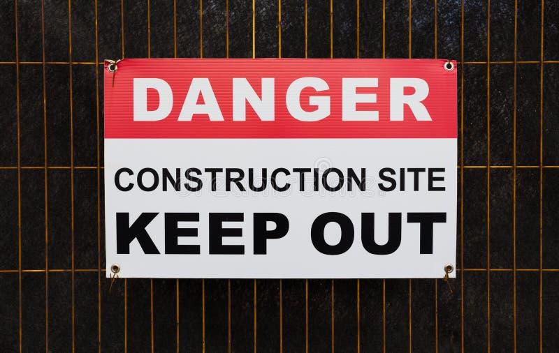 Το εργοτάξιο οικοδομής κινδύνου κρατά έξω το σημάδι στοκ φωτογραφία