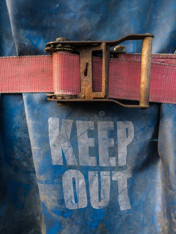 Το εργοτάξιο οικοδομής κρατά έξω το σημάδι στοκ φωτογραφία με δικαίωμα ελεύθερης χρήσης