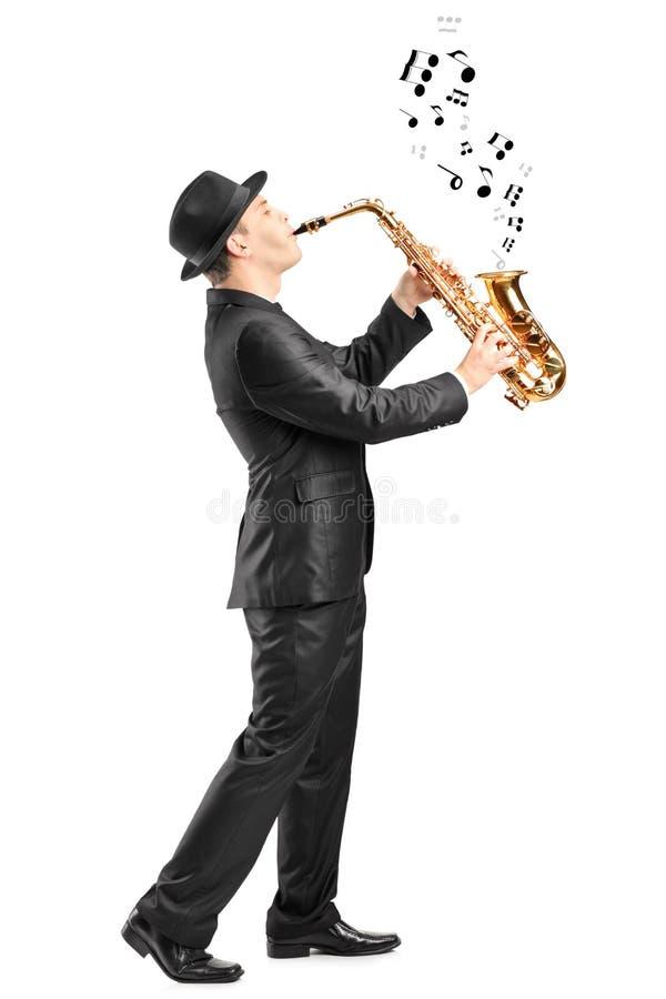 το ερχόμενο αρσενικό σημειώνει το saxophone έξω παιχνιδιού στοκ φωτογραφία με δικαίωμα ελεύθερης χρήσης