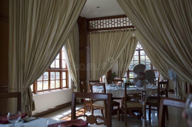 Το εσωτερικό ενός όμορφου εστιατορίου με τα πανοραμικά παράθυρα με το ξύλινο ύφος στοκ φωτογραφίες