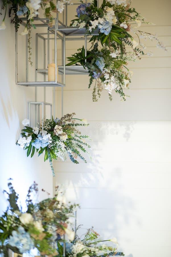 Το εσωτερικό λουλούδι διακοσμεί το σχέδιο στα σύγχρονα ράφια στοκ φωτογραφία