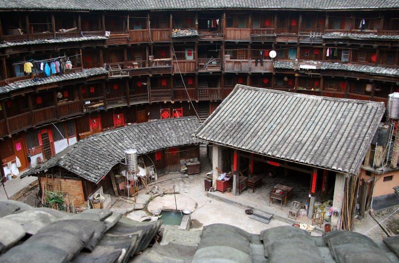 Το εσωτερικό μέρος του στρογγυλού χωμάτινου σπιτιού `, παραδοσιακή κοινοτική κατοικία tulou ` των ανθρώπων Hakka, Κίνα στοκ φωτογραφία