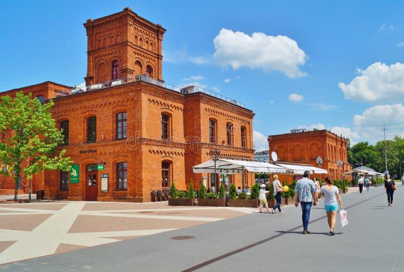Το εσωτερικό τετράγωνο Manufaktura, τέχνες στρέφεται, λεωφόρος αγορών, και ελεύθερος χρόνος σύνθετος στο Λοντζ, Πολωνία στοκ εικόνα