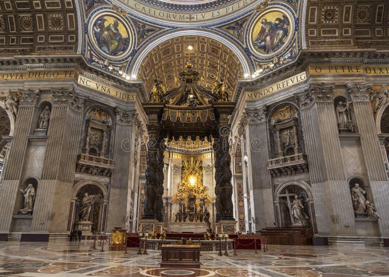 Το εσωτερικό της βασιλικής του ST Peter ` s στο Βατικανό Μπαρόκ θόλος πέρα από το βωμό, επάνω από τις ανόδους θόλων ένα τμήμα που στοκ εικόνα
