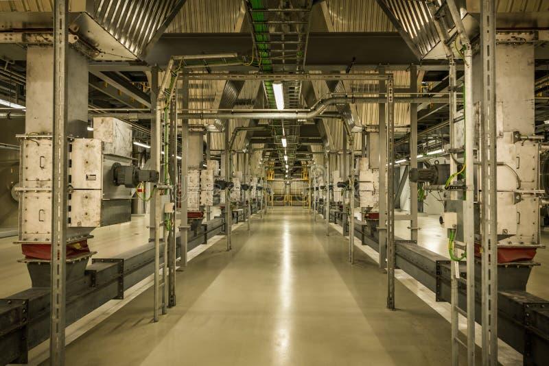 Το εσωτερικό των εγκαταστάσεων παραγωγής ενέργειας του Ρόσκιλντ με τις ηλεκτρικούς εγκαταστάσεις και τους σωλήνες στοκ φωτογραφία