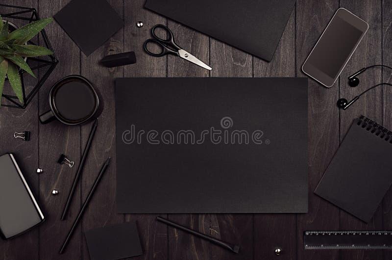 Το εταιρικό πρότυπο ταυτότητας πολυτέλειας, χώρος εργασίας με τα μαύρα κενά χαρτικά εγγράφου έθεσε στο σκοτεινό ξύλινο πίνακα κομ στοκ εικόνες