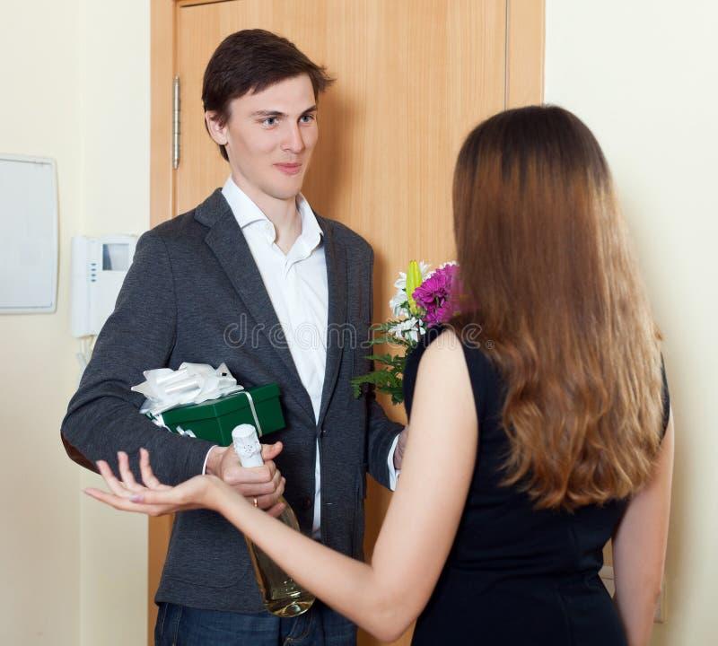 Το ευτυχές άτομο που χαμογελά και δίνει τη δέσμη των λουλουδιών στοκ φωτογραφία