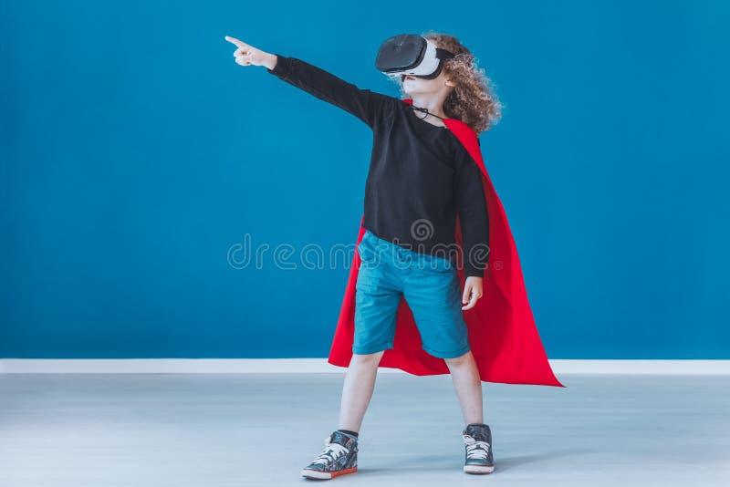 Το ευτυχές αγόρι έντυσε επάνω ως superhero στοκ φωτογραφία με δικαίωμα ελεύθερης χρήσης