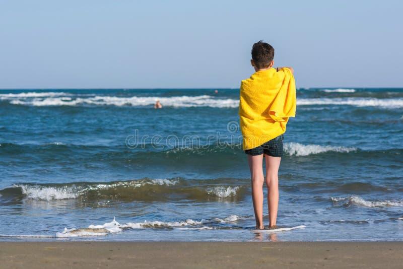 Το ευτυχές αγόρι εφήβων κολυμπά τα βατραχοπέδιλα που έχουν τη διασκέδαση στην άμμο Ð ¾ ν η παραλία στοκ φωτογραφία με δικαίωμα ελεύθερης χρήσης