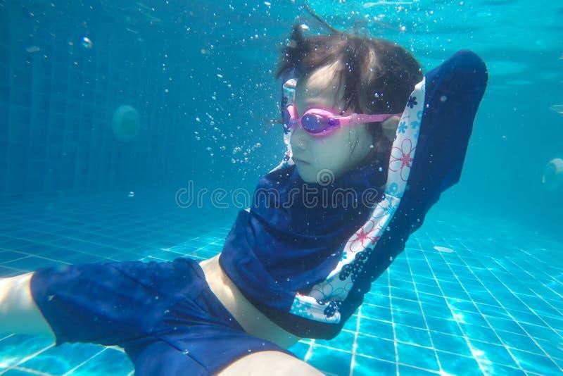 Το ευτυχές ασιατικό κορίτσι κολυμπά και βουτά διακοπές υποβρύχιων, θερινών οικογενειών με το παιδί, χαλαρώνει, δραστηριότητα διασ στοκ εικόνα